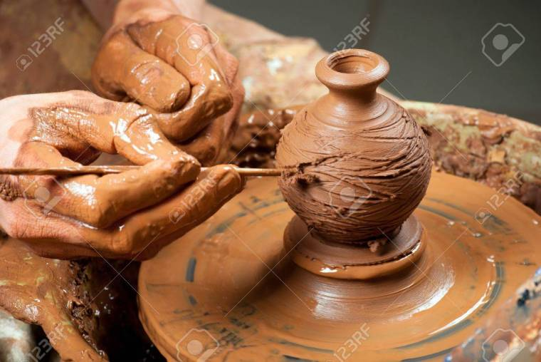 17440958-manos-de-un-alfarero-creando-una-vasija-de-barro-en-el-círculo