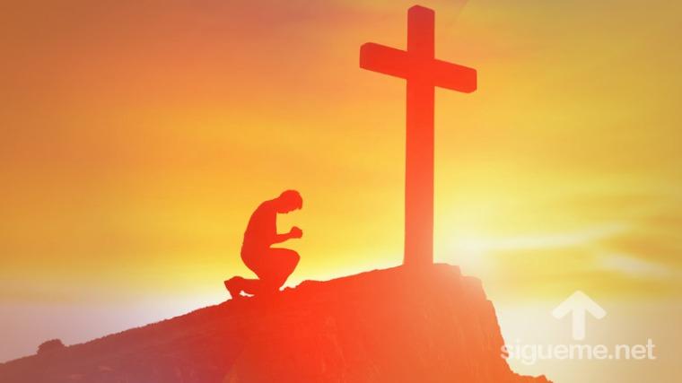 cristiano-de-rodillas-ante-la-cruz-de-jesus